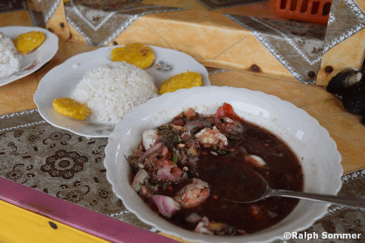 Muschel-Shrimps-Ceviche in Ecuador
