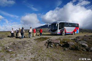 Touristenbus im Nationalpark Cotopaxi in Ecuador