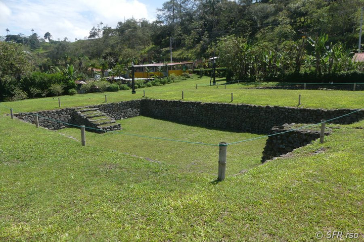Archaeologisches Wasserbecken in Tulipe, Ecuador