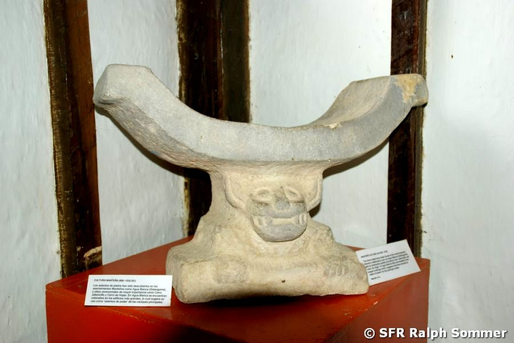 Priestersitz in Museum in Agua Blanca im Nationalpark Machalilla in Ecuador
